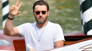 Moda uomo, intramontabile maglietta: come indossarla con stile