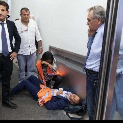 Stefano Fassina di LeU ferito durante una manifestazione