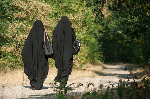 Come la legge coranica impone alle donne di vestirsi