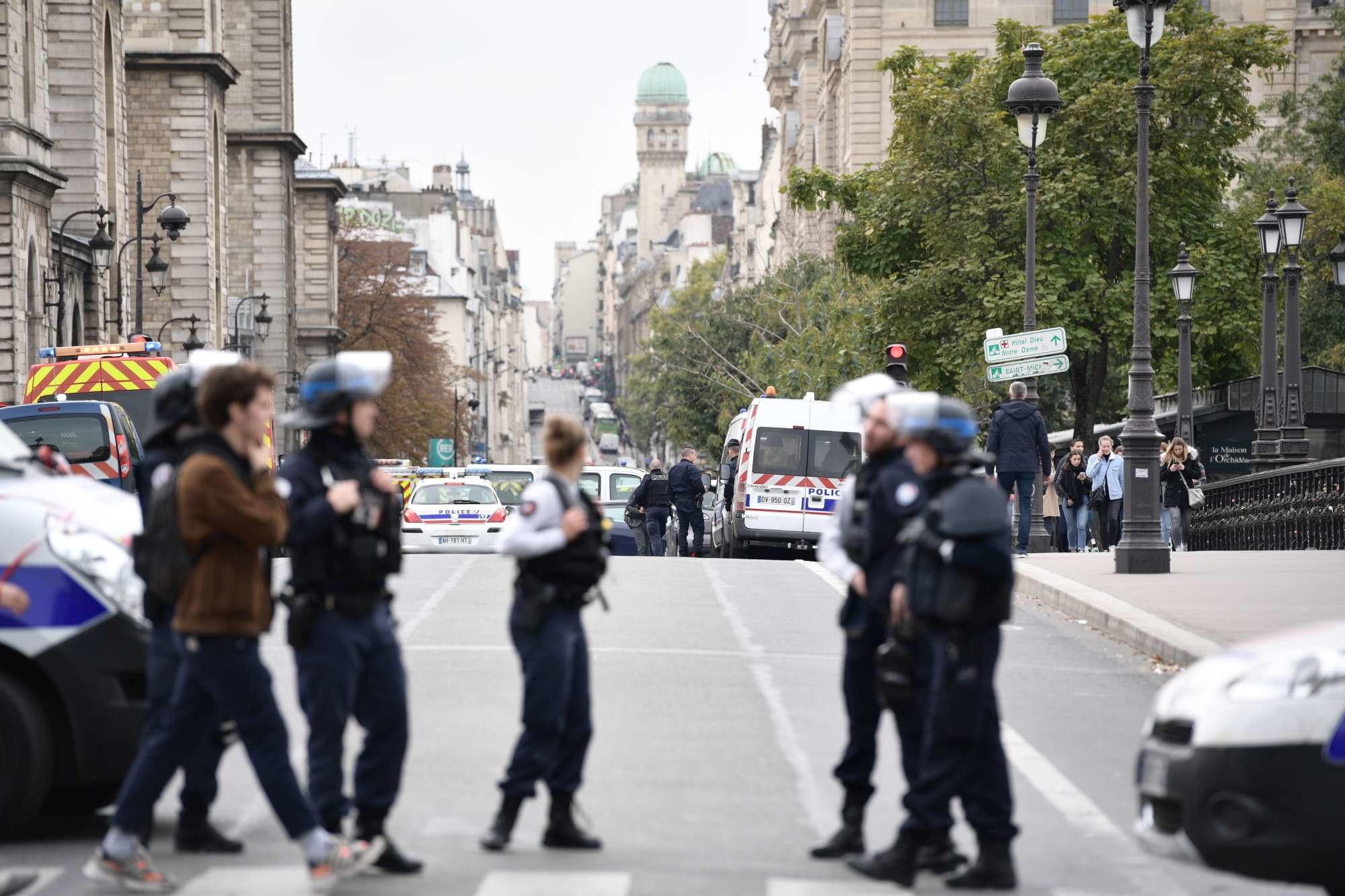 Parigi, agenti accoltellati in un commissariato di polizia
