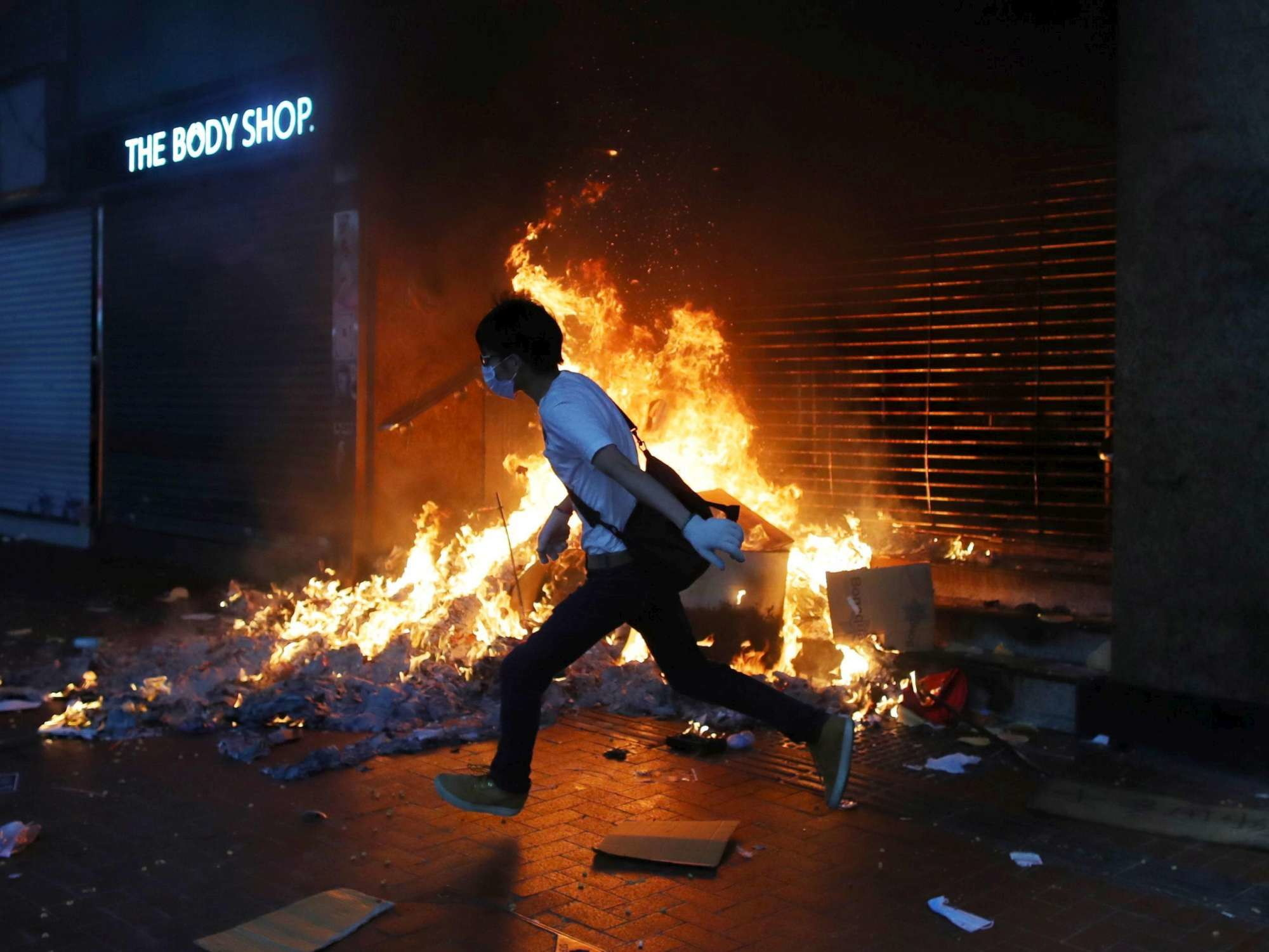 Hong Kong, proteste contro il piano anti-maschere: scontri manifestanti-polizia