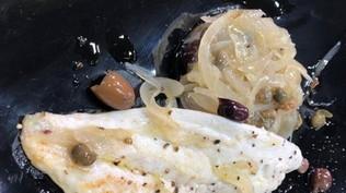 Filetto di pesce bianco con le cipolle in agrodolce