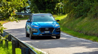 Hyundai Kona gioca la carta dell'ibrido
