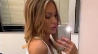 Taylor Mega... allo specchio