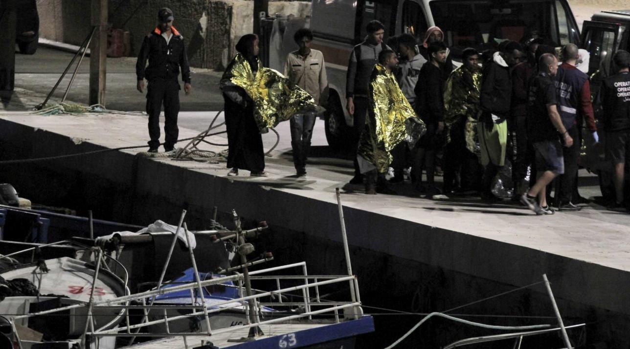 Migranti, in 200 sbarcano a Lampedusa su tre barconi