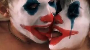 Miley Cyrus e Cody con la maschera da Jokerentrano in contatto di ... lingue