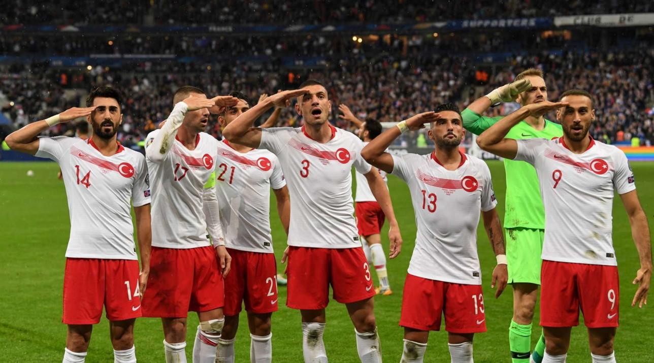 Calciatori turchi rifanno il saluto militare dopo il gol contro la Francia