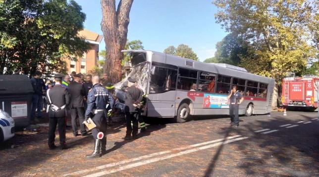 Roma, autobus di linea finisce contro un albero: oltre 40 feriti in ospedale, 9 graviFOTO