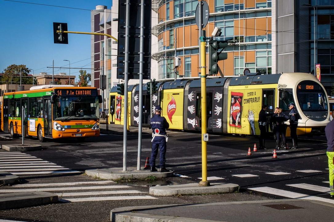 Milano, incidente tram autobus in via Giambellino