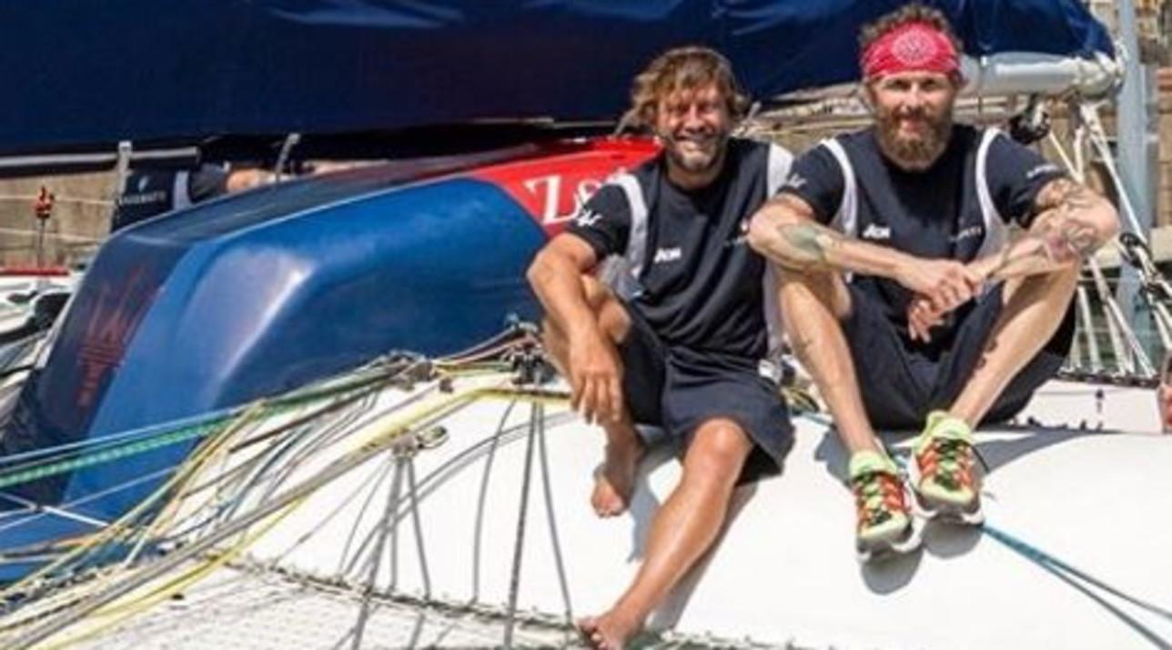 Jovanotti salpa per una regata su un trimaran con Giovanni Soldini