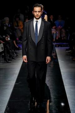 Moda uomo, finalmente i pantaloni si portano comodi: come abbinarli