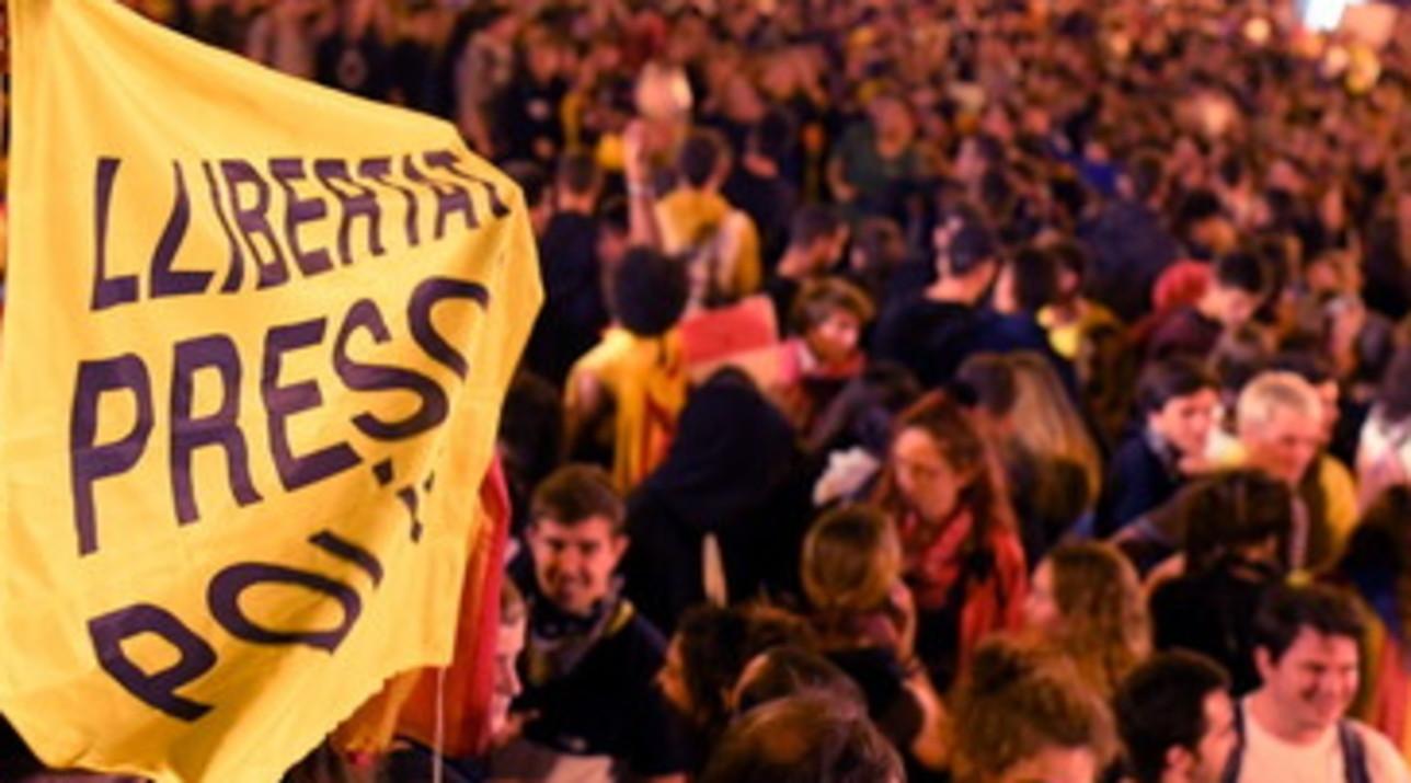 Nuove proteste in Catalogna, scontri e incendi