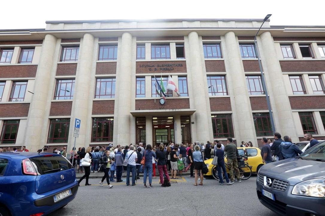 Milano, bimbo precipita dalla tromba delle scale alle elementari
