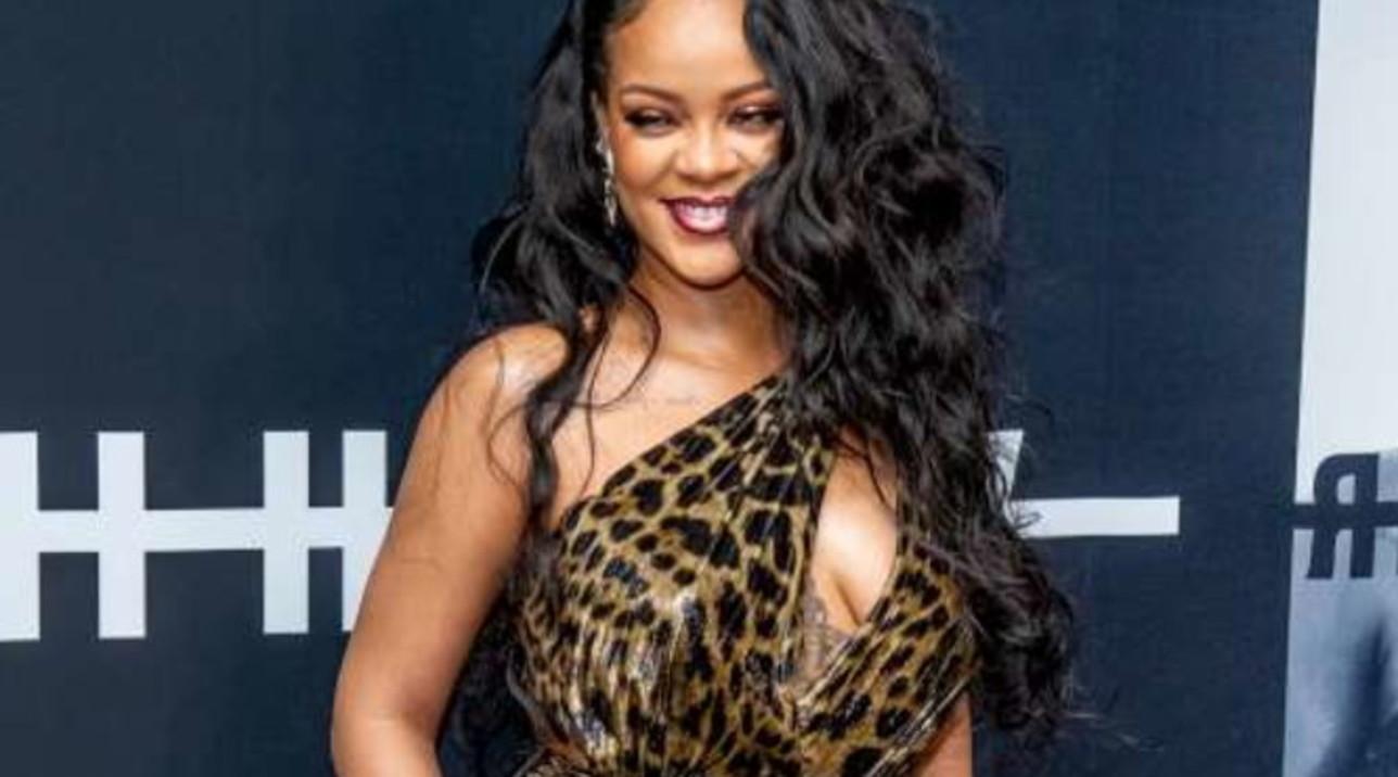 """Rihanna """"osa"""" sui social... e non solo"""