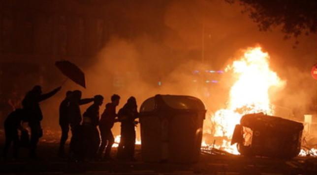 Barcellona messa a ferro e fuoco: scontri tra polizia e indipendentisti