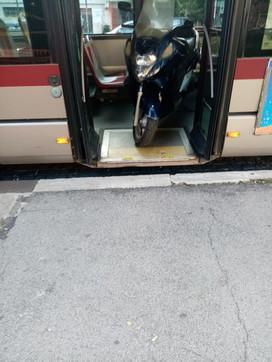 Roma, autista lascia a piedi i passeggeri del bus per caricare il suo scooter