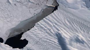Clima, nuovo allarme dallo spazio:si allargano le crepe nel ghiacciaio dell'Antartide