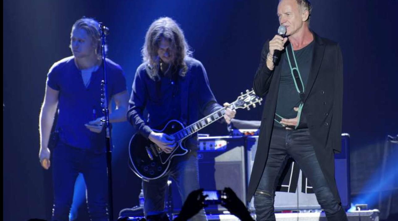 """Sting non può suonare il basso: """"Ma so cantare... lo show deve andare avanti!"""""""