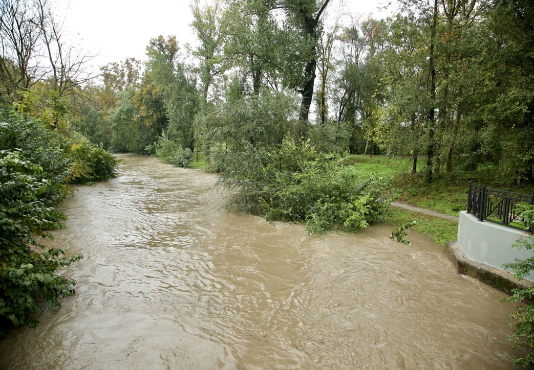 Nubifragi a Milano, il fiume Lambro in piena