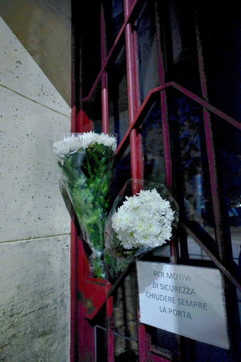 Bimbo morto a Milano, fiori lasciati sul cancello della scuola