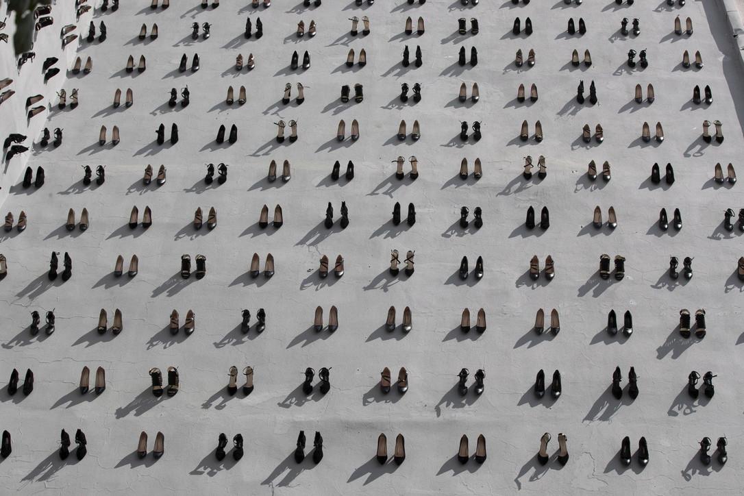 Turchia, 880 scarpe appese al muro: un paio per ogni donna uccisa dal partner