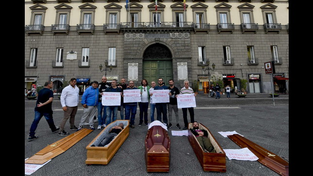 Napoli, la macabra protesta dei seppellitori con bare e finti cadaveri