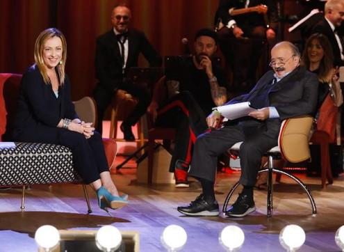 """Giorgia Meloni canta """"Sapore di sale"""" al """"Maurizio Costanzo Show"""""""