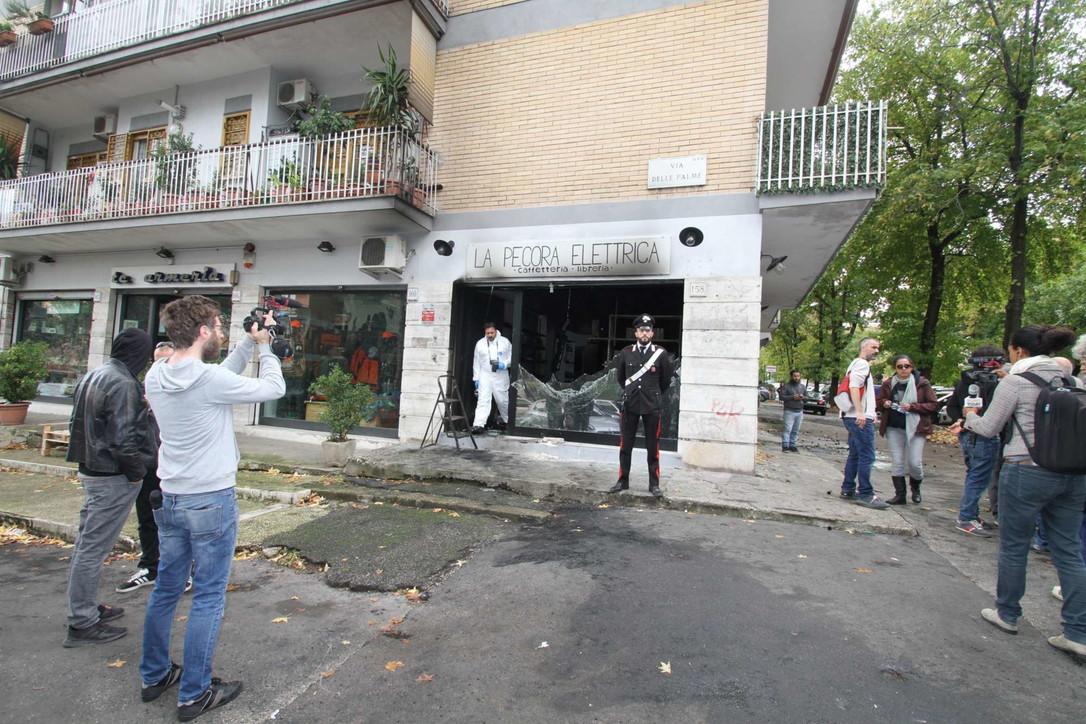 """Roma, incendiata la libreria anti fascista """"Pecora Elettrica"""""""