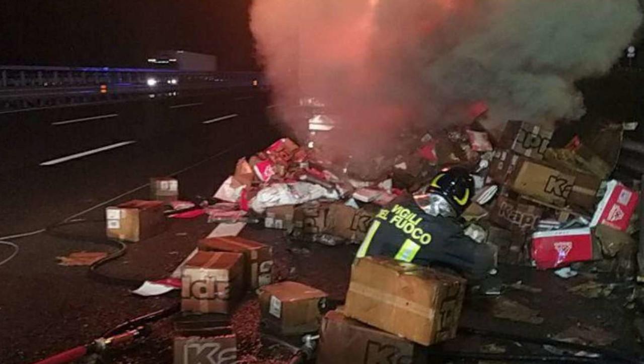 Tir esplode sulla A1: feriti due vigili del fuoco