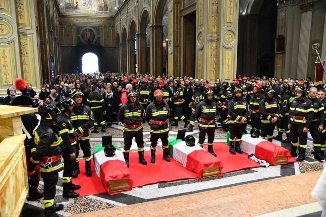 Alessandria, i funerali dei tre vigili del fuoco morti nell'esplosione della cascina
