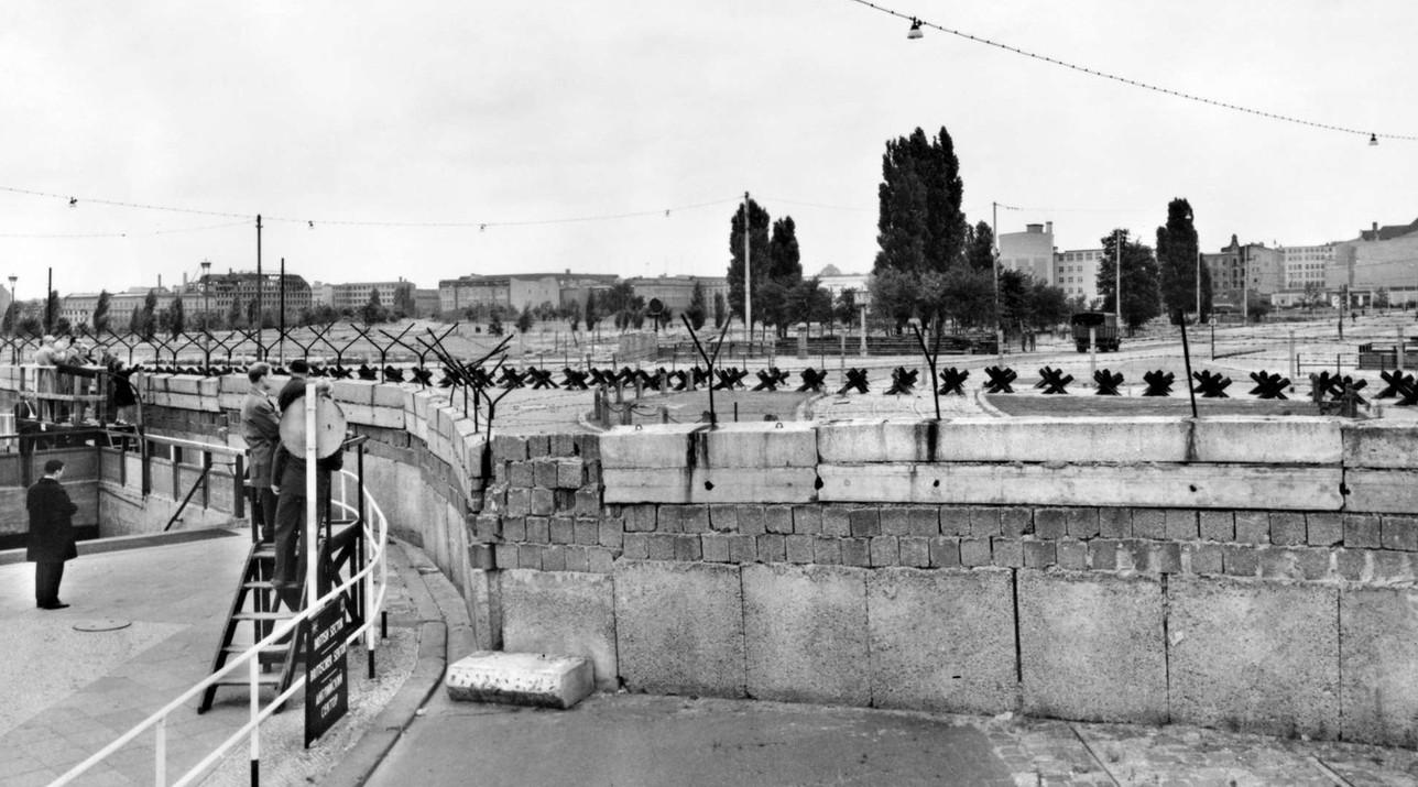 Berlino, la costruzione del Muro nel 1961