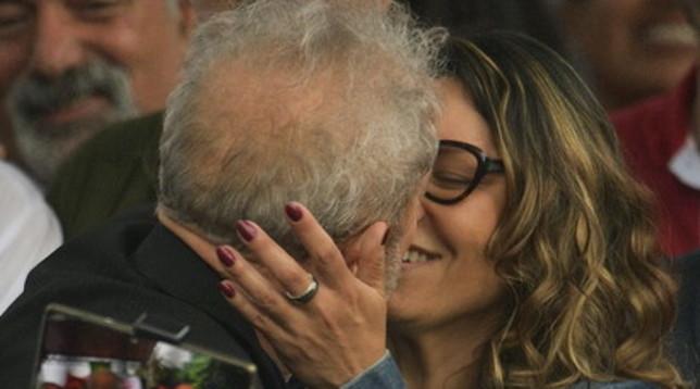 Lula scarcerato: il bacio della libertà con la fidanzata Rosangela