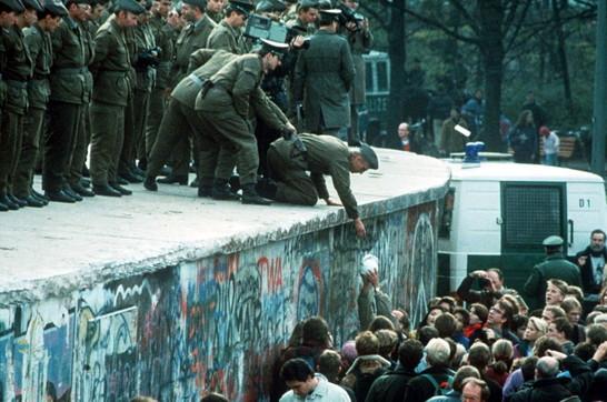Muro di Berlino: la gioia e l'entusiasmo della popolazione