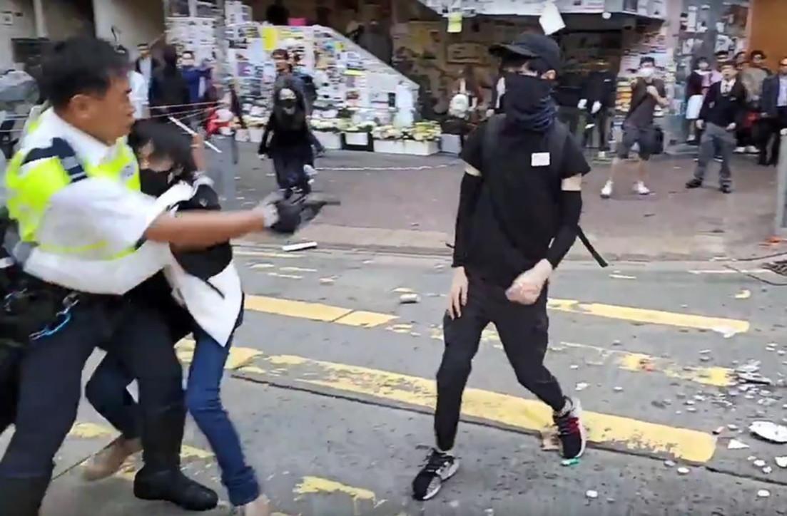 Hong Kong, scontri con i manifestanti: la polizia spara