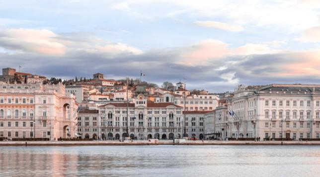Trieste cosmopolita, incastonata tra il mare e i monti