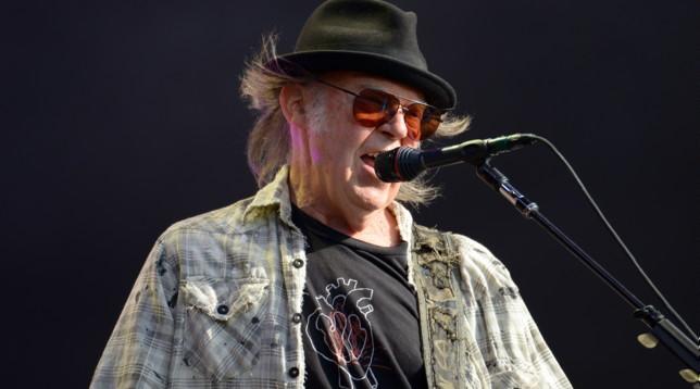La richiesta della cittadinanza Usa di Neil Young è bloccata: il suo uso di marijuana ostacola l'approvazione