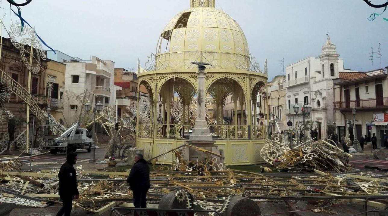 Adelfia (Bari), forte vento fa crollare luminarie