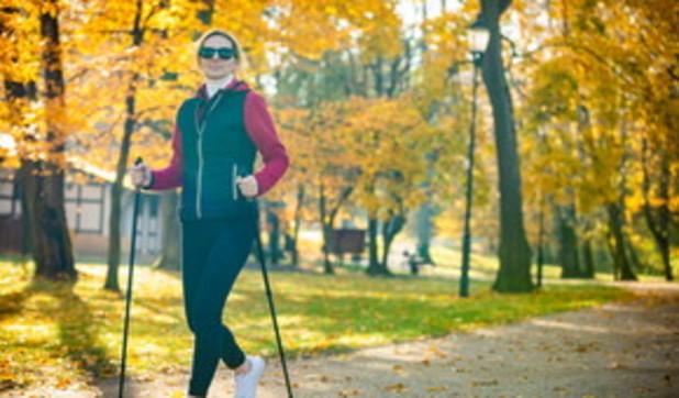 Nordic walking, la camminata con i bastoncini che fa bene al corpo e anche alla mente