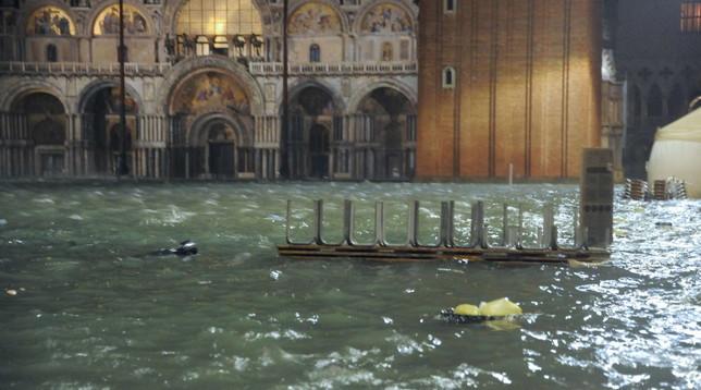 Maltempo: a Venezia acqua alta a 187cm, un anziano morto fulminato in casa   Bari,ilvento spazzale luminarie