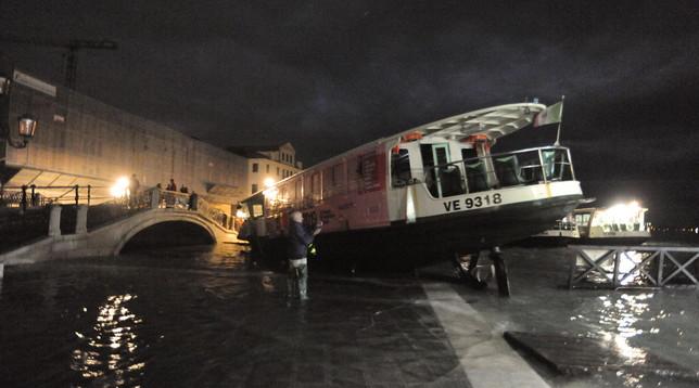 Venezia sommersa, barche e gondole devastate per la città