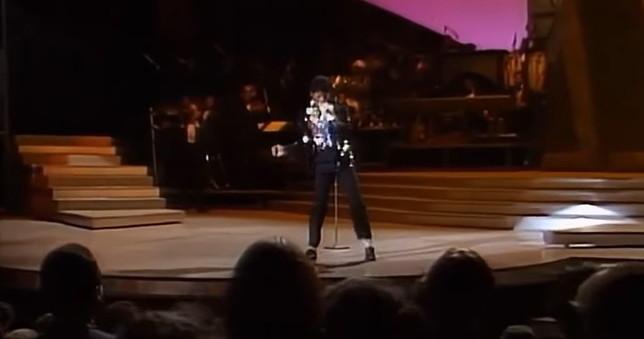 """All'asta per 2 milioni di dollari i calzini di Michael Jackson usati per la prima """"moonwalk"""""""