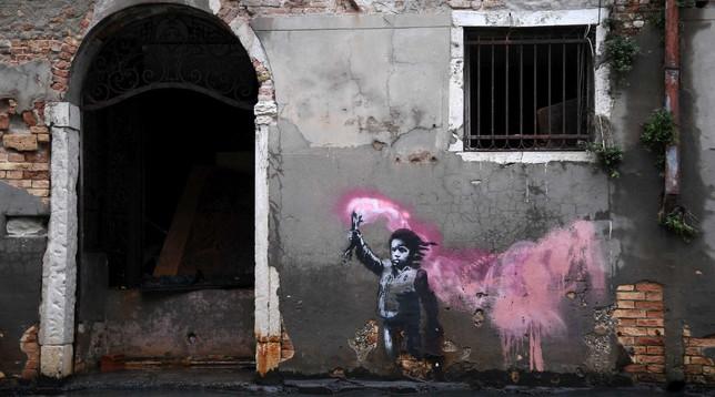 Acqua alta a Venezia, l'opera di Banksy è sopravvissuta