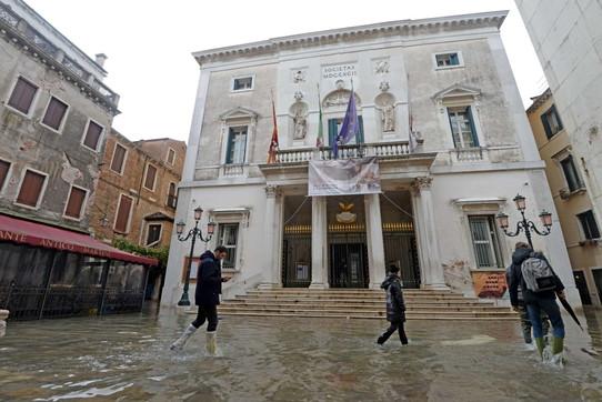 """Venezia, il maltempo """"colpisce"""" il Teatro La Fenice"""