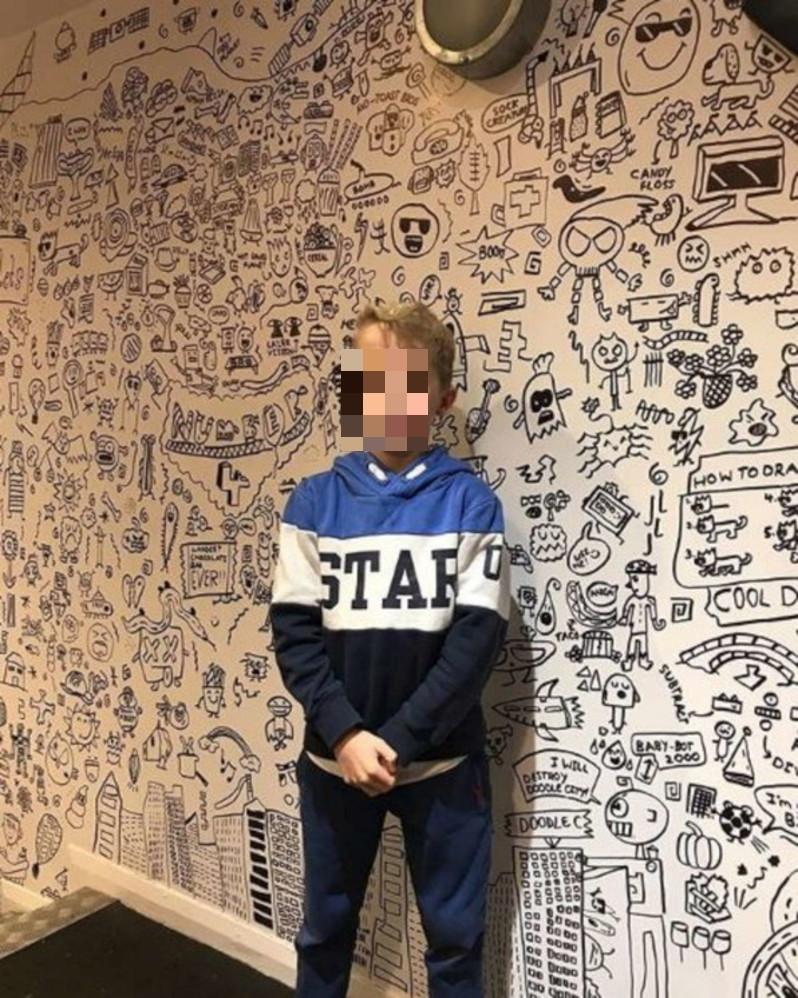 """Come Tappezzare Un Muro gb, bambino sgridato per i suoi """"scarabocchi"""" in classe: ora"""