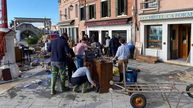 """A Venezia come a Firenze 53 anni fa: gli studenti ribattezzati """"gli angeli dell'acqua alta"""""""
