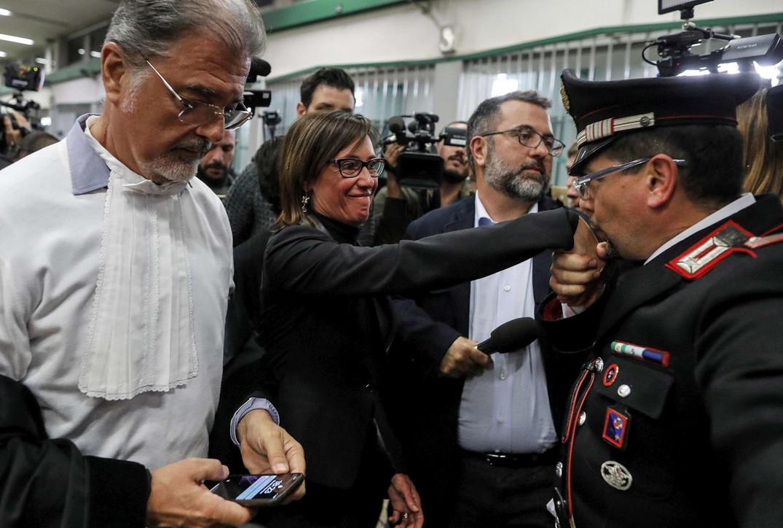 """Sentenza Cucchi, un carabiniere bacia la mano di Ilaria: """"Finalmente giustizia"""""""