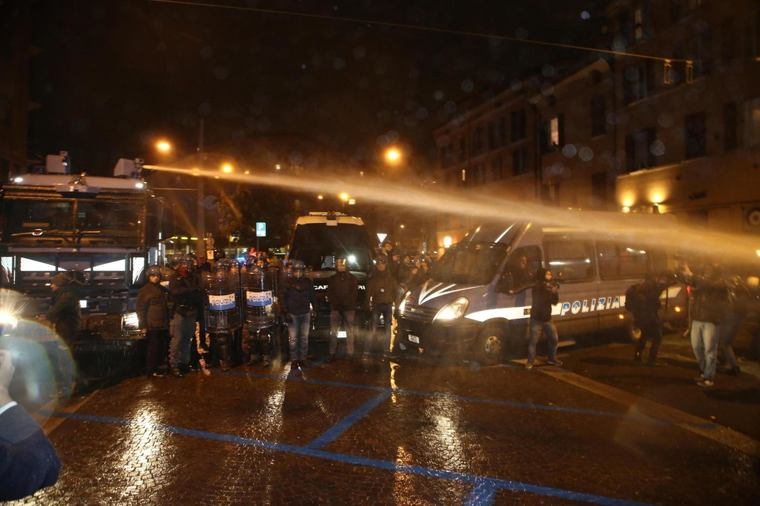 Bologna, idranti contro corteo dei centri sociali che contestava Salvini