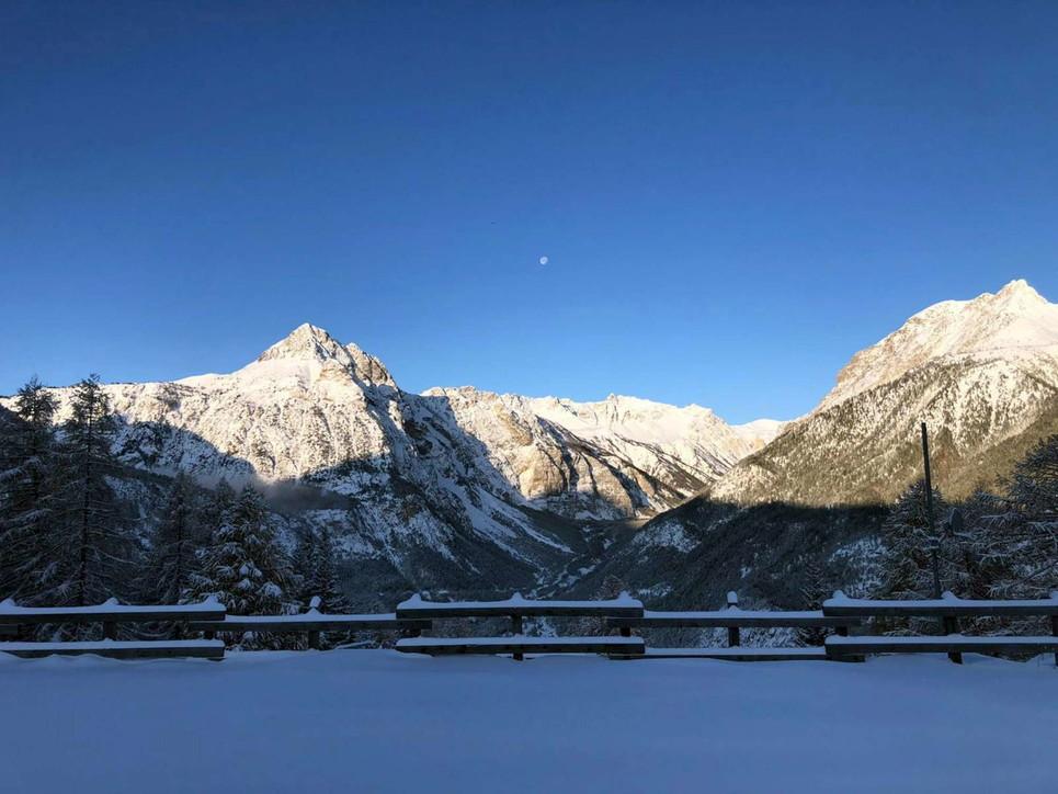 Maltempo, neve sul Nord Italia: strade chiuse e blackout