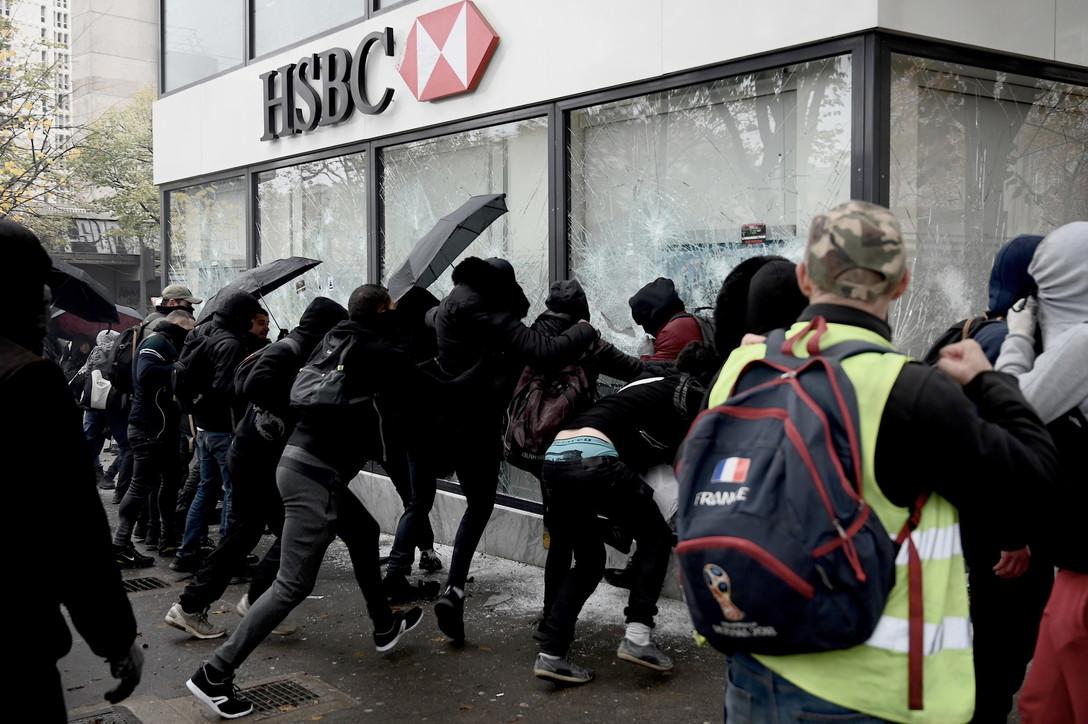 Francia, scontri e arresti nell'anniversario dei gilet gialli