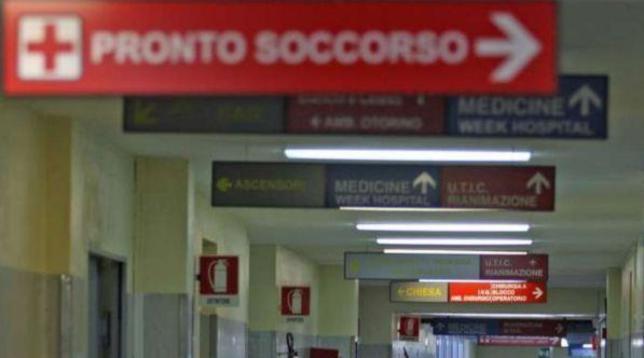 Ragusa, 29enne gay picchiato mentre prende un caffè: operato per una frattura